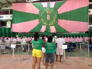 Eleitores esparam para votar na quadra da Mangueira (Foto: Alba Valéria Mendonça/G1)