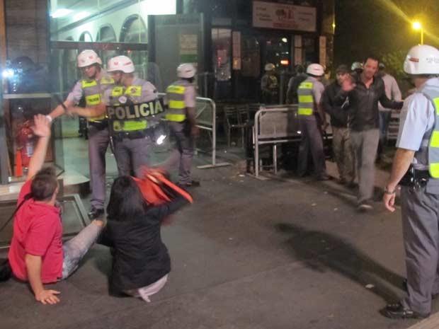 Casal conversa com policiais (Foto: Marcelo Mora/G1)