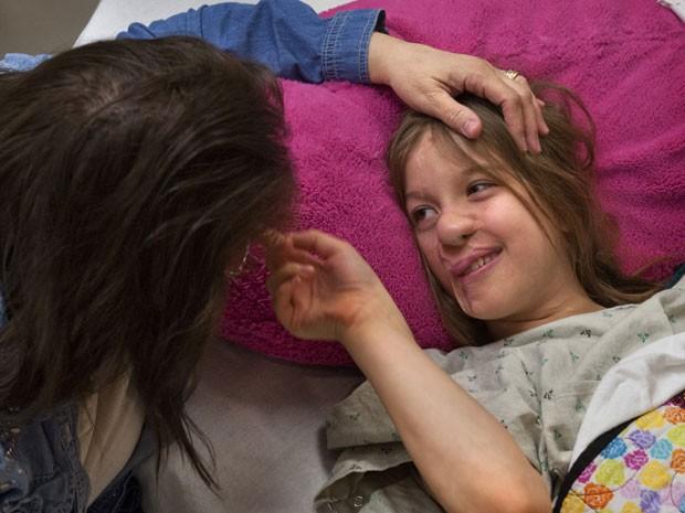 Charlotte Ponce recebe carinho da mãe adotiva antes de ir para a mesa de cirurgia (Foto: Chris Clark/The Grand Rapids Press/AP)