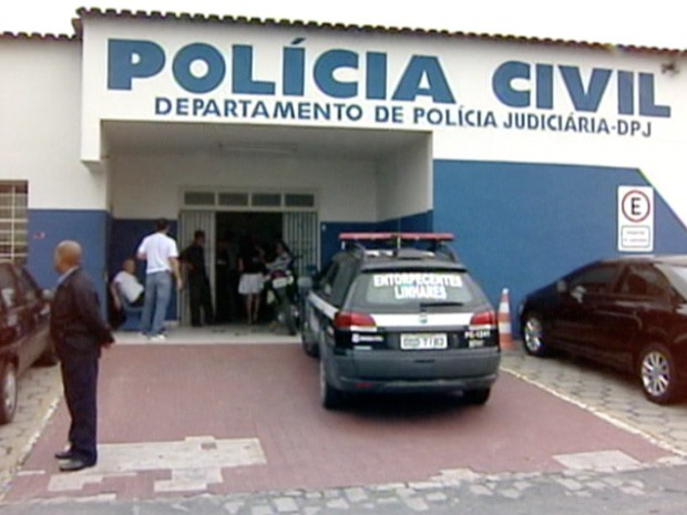 Menina foi à delegacia prestar depoimento (Foto: Reprodução/ TV Gazeta)
