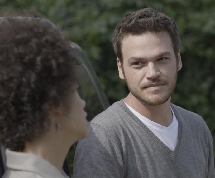 Pedro quer que Carola seja sua aliada (Foto: TV Globo)