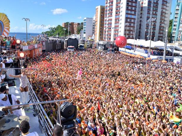 Multidão acompanha bloco de Ivete Sangalo neste sábado (Foto: Elias Dantas/ Ag. Haack)