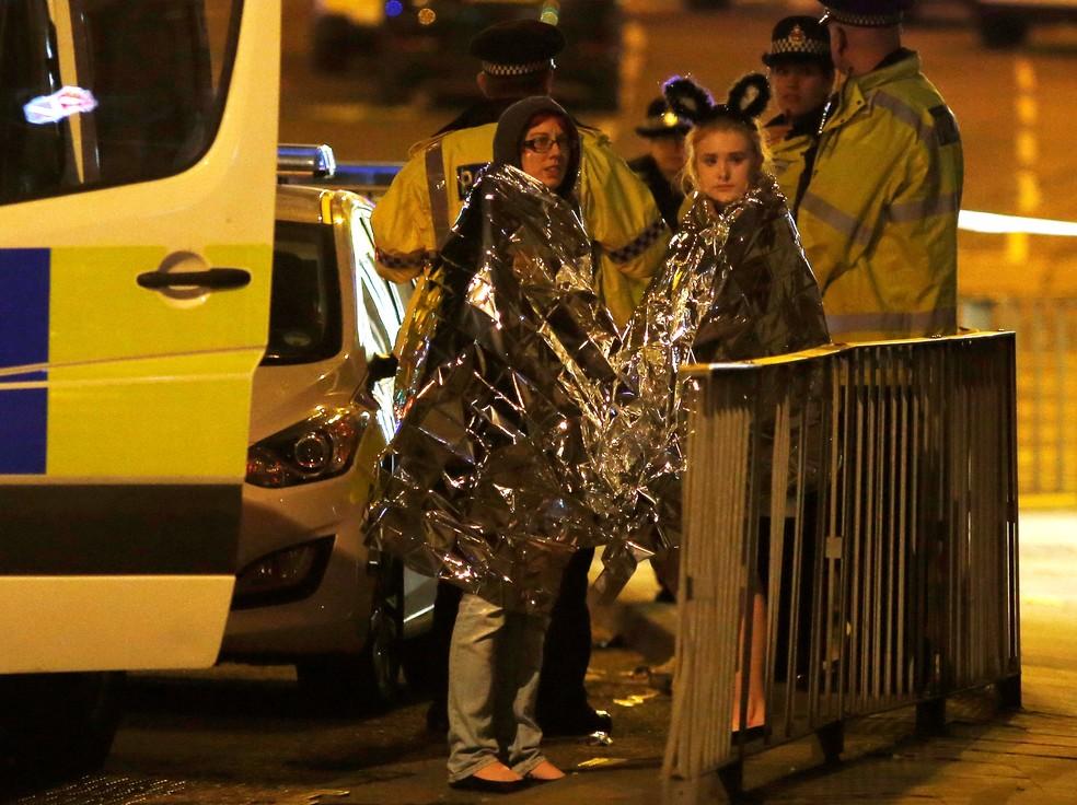 Mulheres usam capa térmica após incidente em Manchester após o show da cantora Ariana Grande (Foto: REUTERS/Andrew Yates)
