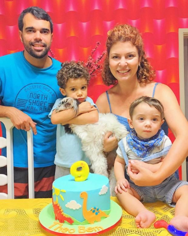 Pedro Delfino e Bárbara Borges com os filhos Theo e Martin (Foto: Reprodução / Instagram)