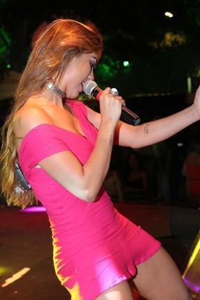 Vina Calmon em show em Salvador, na Bahia (Foto: Mateus Ross e Sércio Freitas/ Divulgação)