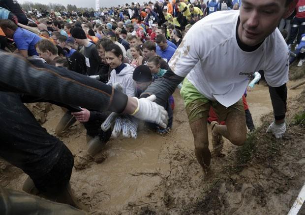Participantes tiveram superar obstáculos que exigiam velocidade, força e agilidade (Foto: Ints Kalnins/Reuters)