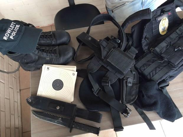 Material falso da PF foi apreendido pela BM em Arroio do Sal, Litoral do RS (Foto: Divulgação/BM)