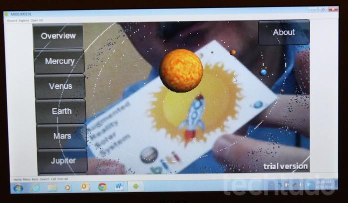 As imagens no computador reproduzem o que está sendo visto na pequena telia do óculos Vuzix (Foto: Allan Melo / TechTudo)
