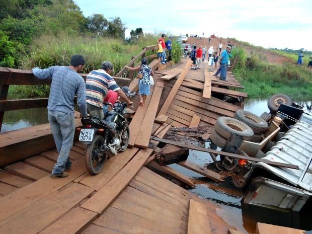 Pedestres e motociclistas se arriscam para chegar ao outro lado da rodovia (Foto: Polícia Militar de São Miguel do Guaporé/Divulgação)