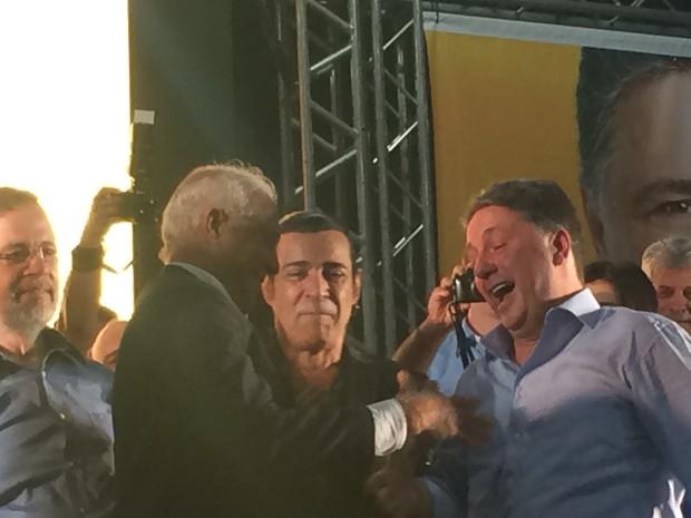 Anthony Garotinho recebe cumprimentos do pai do goleiro Julio Cesar durante convenção estadual do PR (Foto: Daniel Silveira/ G1)