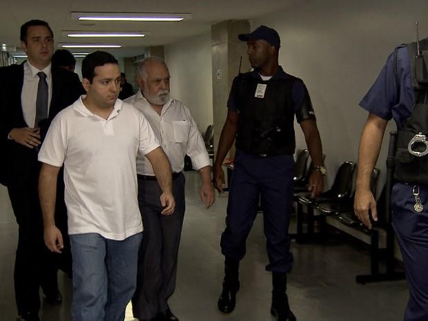 Pai e filho chegam ao local do julgamento em BH (Foto: Reprodução/TV Globo)