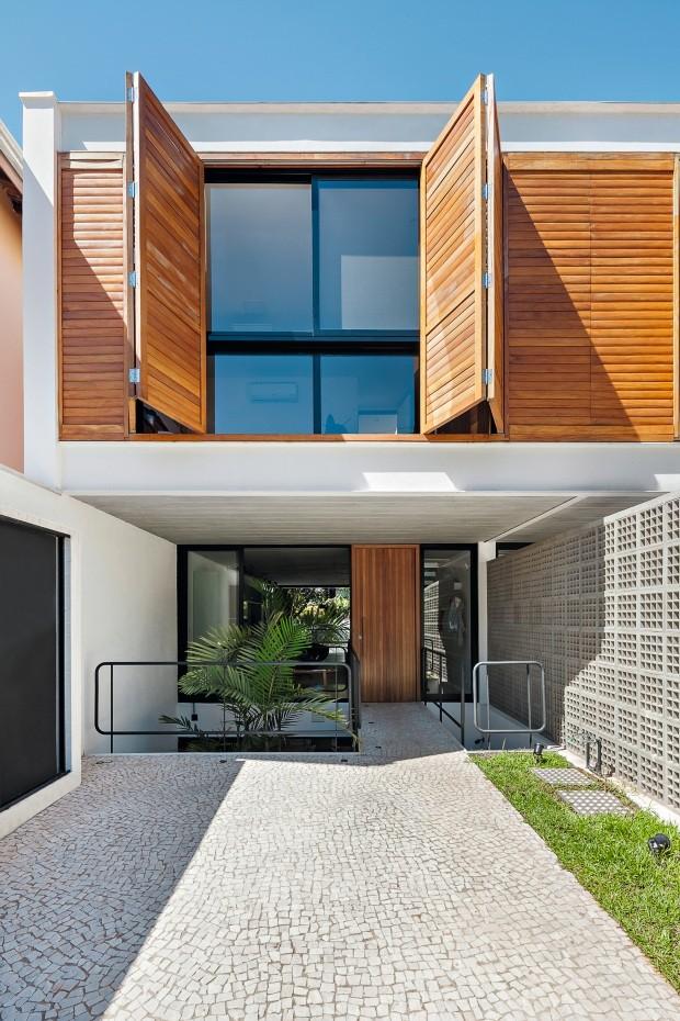 As casas geminadas são separadas por blocos vazados de concreto da Neo Rex (Foto: Alessandro Guimarães / Divulgação)