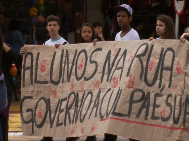 Em Maringá, alunos foram às ruas para protestar contra a medida provisória nesta quarta-feira (5) (Foto: Reprodução RPC)