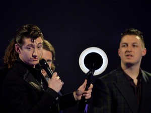 Alex Turner, dos Arctic Monkeys, recebe prêmio de melhor disco no Brit Awards 2014, em Londres (Foto: REUTERS/Toby Melville)
