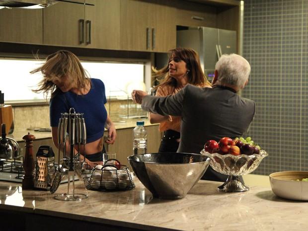 Danielle desconta toda sua raiva em Amanda  (Foto: Carol Caminha/TV Globo)