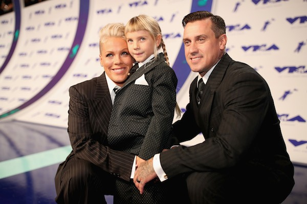 A cantora PInk com a filha, Willow, e o marido (Foto: Getty Images)