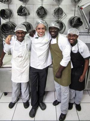 Chef francês trabalha ao lado dos novos contratados (Foto: Fábio Tito/ G1)