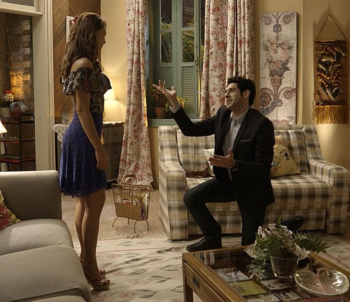 De joelhos, Beto pede Tancinha em casamento (Foto: TV Globo)