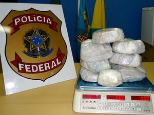 Pasta base de cocaína estava em bagagem sem identificação (Foto: Genival Moura / G1)