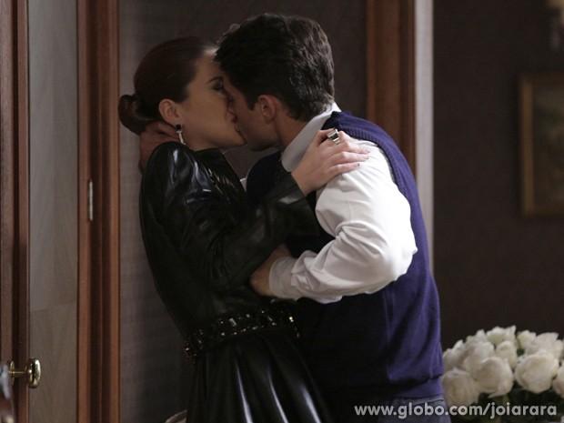 Irmão de Franz beija a vilã, mas ela não se comove e sai apressada para o porto (Foto: Fábio Rocha/ TV Globo)