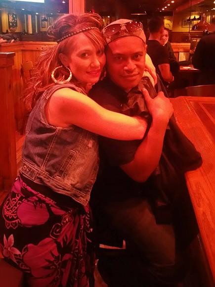 Kali Kanongata e a esposa Sarah (Foto: Reprodução Facebook)