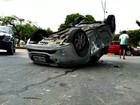 Carro capota após colidir contra outro veículo em avenida de Manaus