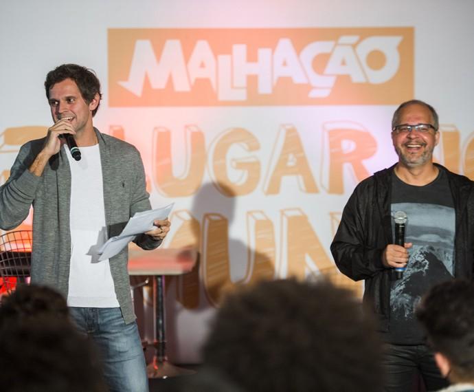 O diretor-geral Leonardo Nogueira e o autor Emanuel Jacobina também conversam com a galera (Foto: João Miguel Júnior/TV Globo)