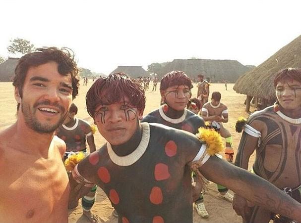 Caio Blat na aldeia Yawalapity (Foto: Reprodução/Instagram)