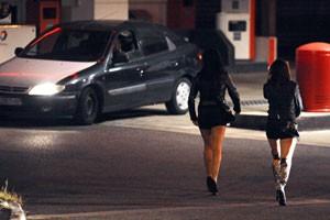 Prostitutas usam algodão com sangue para fingir virgidade e cobrar mais de clientes (Foto: Remy Gabalda/AFP)