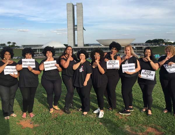 Misses plus size na frente do Congresso Nacional  (Foto: Michele Mendes/G1)