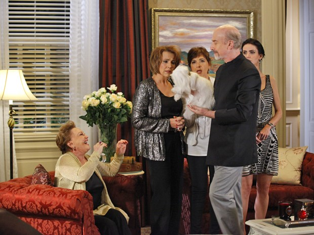 Leonor apresenta Emily para as enteadas  (Foto: Salve Jorge/TV Globo)