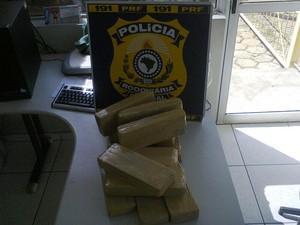 Parte da droga apreendida estava com um menor de 17 anos. (Foto: George Gonçalves/Inter TV dos Vales)