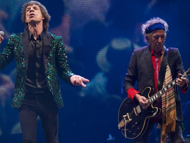 Mick Jagger e Keith Richards durante o show dos Rolling Stones no segundo dia do festival (Foto: Andrew Cowie / AFP)