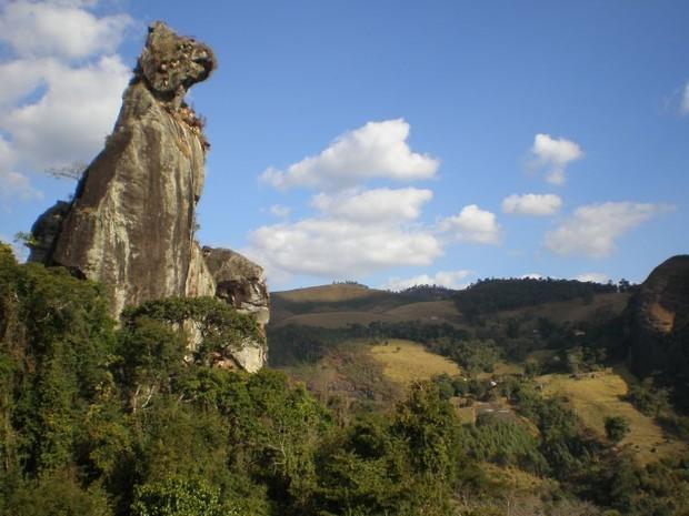 A pedra do Cão Sentado é o principal cartão postal de Nova Friburgo e atrai turistas de toda região (Foto: Viagens Mil/Divulgação)