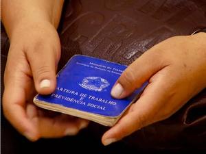 Carteira de trabalho é documento obrigatório para candidatos às vagas (Foto: Reprodução/EPTV)