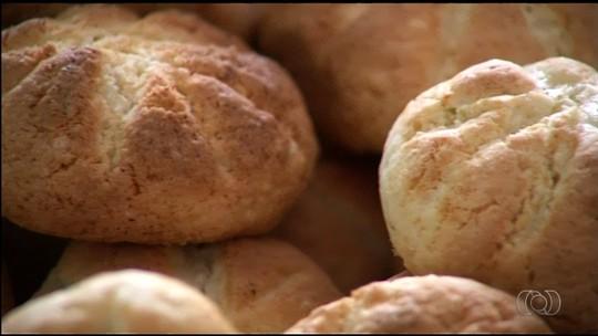 Cozinheira de fazenda em Goiás ensina a fazer biscoito 'quebrador'