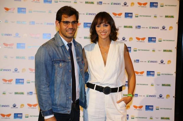Juliano Cazarré e a mulher (Foto: Marcello Sá Barretto/Agnews)