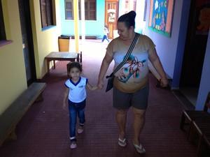 Maria Rosângela levou a neta para o primeiro dia de aula em 2013 (Foto: John Pacheco/G1)
