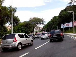 Van capota na Avenida Paralela, em Salvador, e deixa ao menos 3 feridos