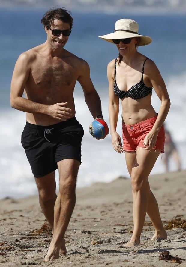 Hilary Swank e o namorado, Laurent Fleury, em praia em Malibu, na Califórnia, nos Estados Unidos (Foto: Grosby Group/ Agência)