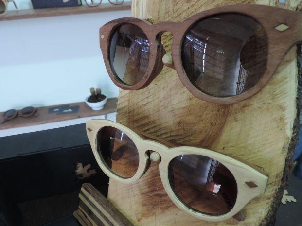 Óculos são feitos com restos de marcenaria e móveis de casa (Foto: Renata Marconi/G1)
