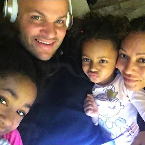 A cantora Mel B com o marido e as filhas (Foto: Instagram)