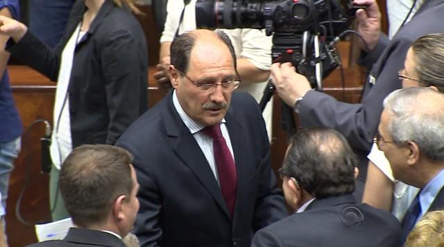 Sartori visita Assembleia e diz esperar renegociação da dívida ainda em 2014