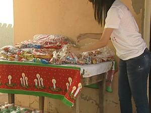 Voluntários do Amor doações brinquedos alimentos Natal Uberaba (Foto: Reprodução/ TV Integração)