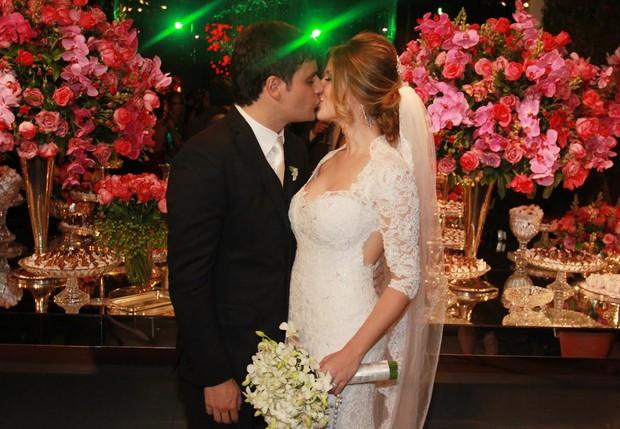 Após casamento, Vesgo beija a noiva  (Foto: Celso Tavares/EGO)