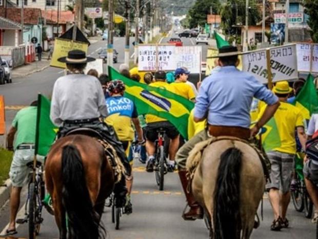 Cerca de 100 pessoas participaram do ato em Urubici (Foto: Marcus Zilli/Divulgação)