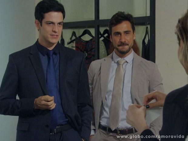 Félix tem a cara de pau de apresentar Jacques a Edith (Foto: Amor à Vida / TV Globo)