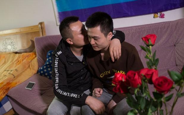 Sun Wenlin (à direita) tenta na Justiça oficialização de união com Hu Mingliang (Foto: AFP)