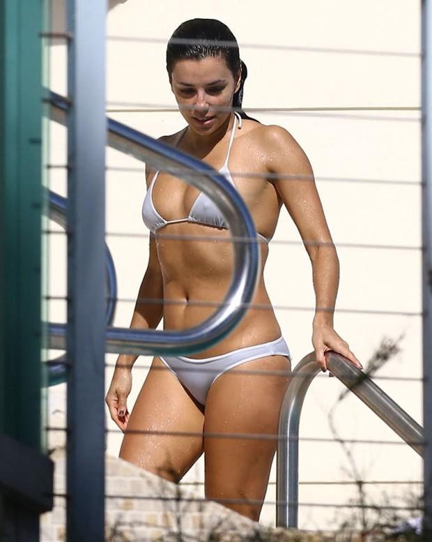 Eva Longoria em piscina de hotel em Miami, nos Estados Unidos (Foto: Grosby Group/ Agência)