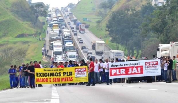 Trabalhadores fecharam a rodovia no trecho de Caçapava na manhã desta sexta. (Foto: Divulgação/Sindicato dos Metalúrgicos de São José dos Campos)